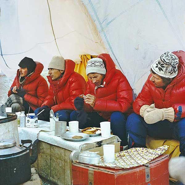 Namiot-mesa w bazie wyprawy na Mount Everest, 1980. Od lewej Ryszard Gajewski, Andrzej Zawada, Leszek Cichy i Jan Holnicki-Szulc (fot. Bogdan Jankowski)