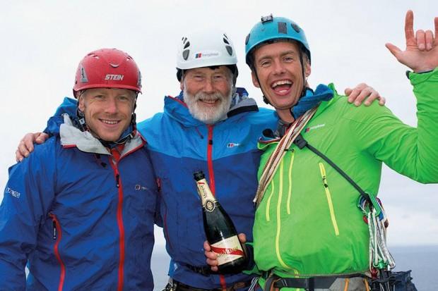 Sir Chris Bonington (w środku), Leo Houlding (po prawej) i prezenter BBC z szampanem po zdobyciu Old Man of Hoy