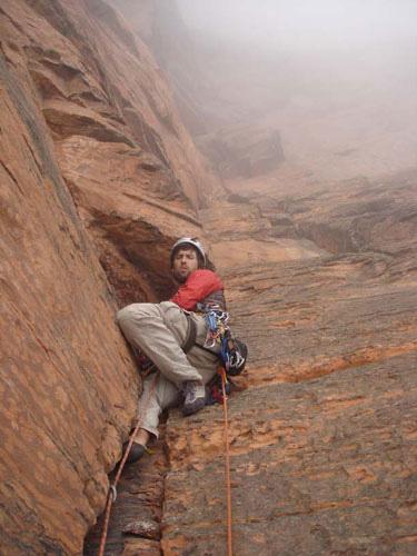 """Mark podczas wytyczania drogi """"Cutting the Line"""" na Mt. Roraima w Gujanie (fot. arch. Mark Synnott)"""