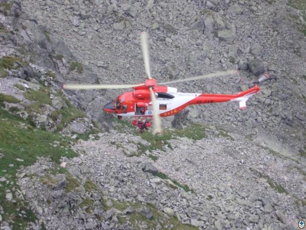 Ewakuacja na pokład śmigłowca w noszach za pomocą wciągarki (fot. TOPR)