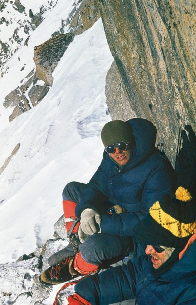 Zima 1971. Andrzej Mróz i Janusz Kurczab na V biwaku pod szczytowym żandarmem Filara Narożnego (fot. Tadeusz Piotrowski)