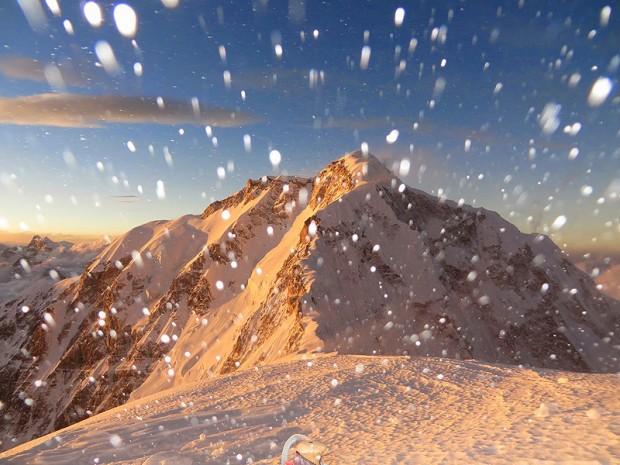 Wiatr zawiewa śniegiem w obozie III 7050 m (fot. Alex Txikon)