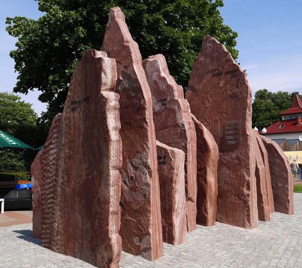 """Pomnik """"Korona Himalajów"""" (fot. Wojciech Święcicki)"""