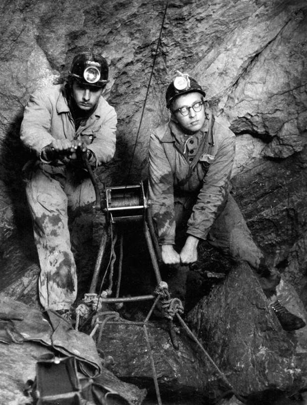 """Krzysztof Zdzitowiecki (z lewej) i Andrzej Lach w czasie wyprawy, która dokonała rekordowego zejścia na dno Jaskini Śnieżnej w 1961 roku (fot. arch. """"Taternik"""")"""