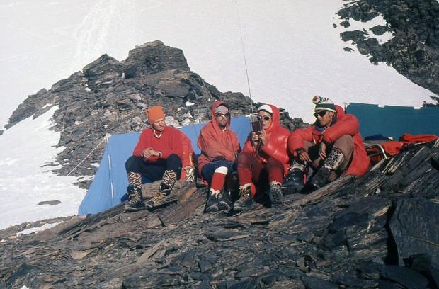 Obóz II na zachodniej grzędzie Noszaka. Od lewej Jan Holnicki-Szulc, Krzysztof Zdzitowiecki, Wanda Rutkiewicz i Andrzej Łapiński (fot. Janusz Kurczab)