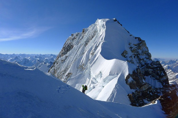 Na grani szczytowej - widok w kierunku głównego wierzchołka (fot. Mick Fowler)