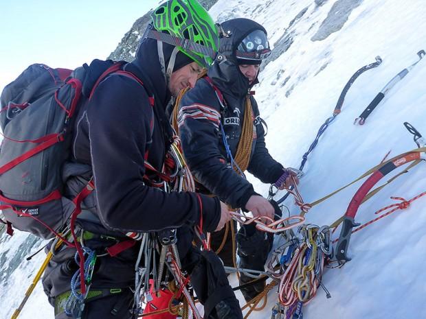 Adam i Jacek podczas przekazywania szpeju na wielkim polu lodowym (fot. Kacper Tekieli)