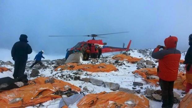 Wczorajsza, 26.04.2015, akcja ewakuacyjna z bazy Everestem (fot. Temba Tsheri Sherpa)