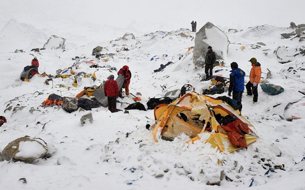 Obraz zniszczeń w bazie pod Everestem (fot. Robert Schmidt/AFP)