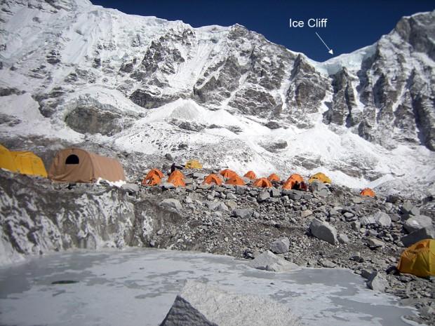 Widok na namioty bazowe, w tle miejsce w którym rozpoczęła się lawina