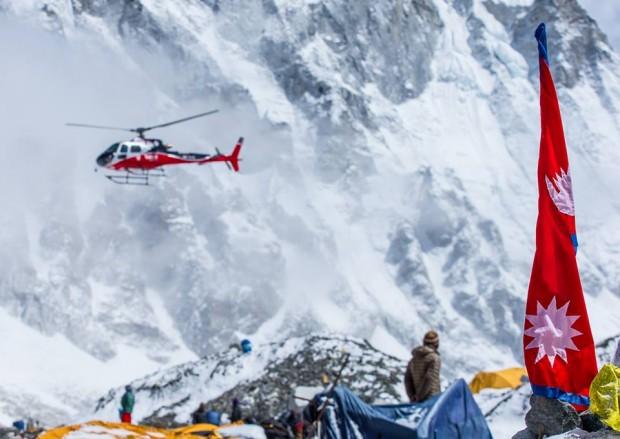 Ewakuacja z obozu 1 do bazy pod Everestem (fot. Elia Saikaly)