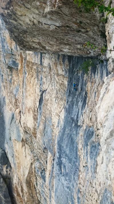 Łukasz pod okapem centralnym (fot. arch. Alpine Wall Tour)