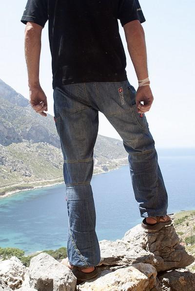 Spodnie Poema Roca Jeans Light - widoczne przeszycia w strefie kolan (fot. wspinanie.pl)
