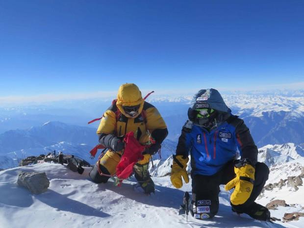 Ali Sadpara i Alex Txikon na szczycie Nanga Parbat ( 8126 m) (fot. Simone Moro)