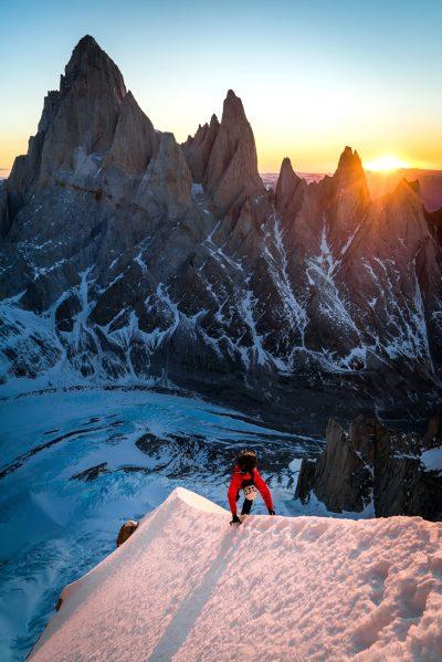 """Drugi dzień wspinaczki """"Titanikiem"""" na Torre Egger - poranek na śnieżnej gani tuż powyżej biwaku (fot. Austin Siadak)"""