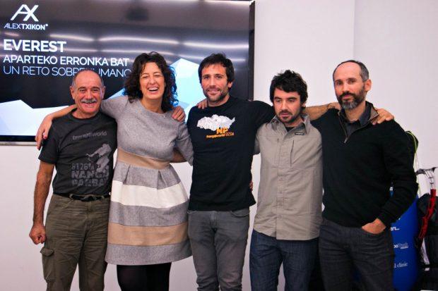 Alex Txikon (w środku) na konferencji anonsującej wyprawę