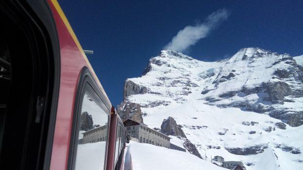 Eiger od zachodu, tędy biegnie droga zejściowa