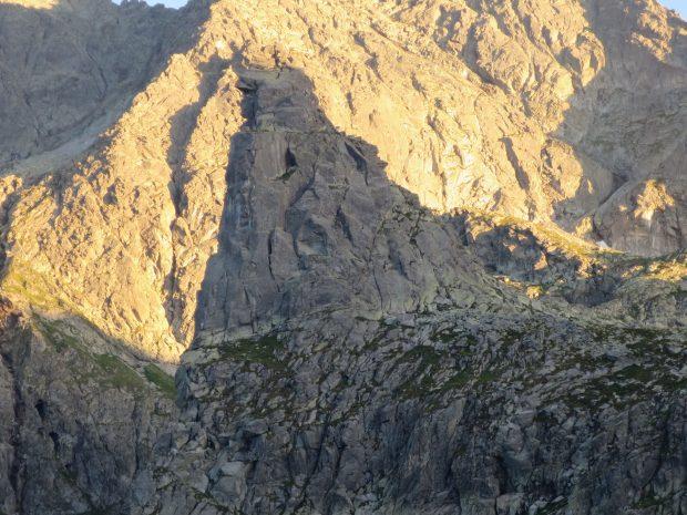 Mnich w promieniach zachodzącego słońca (fot. M. Tertelis)