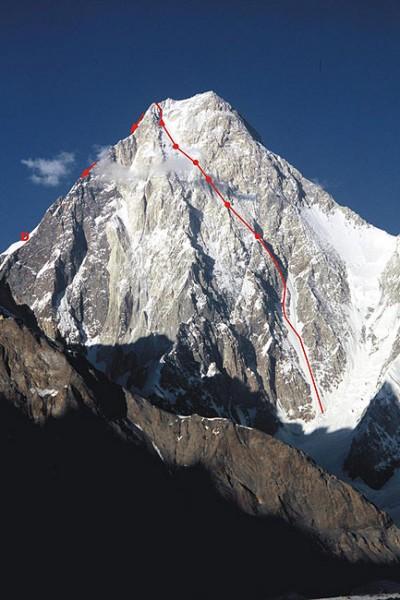 Droga Kurtyki i Schauera na zachodniej ścianie Gasherbrum IV (7932 m). Kółka oznaczają biwaki, strzałki – drogę zejściową (D – depozyt żywności)