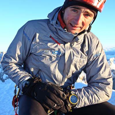Ueli Steck z nieodłącznym stoperem po przejściu północnej ściany Grandes Jorasses w 2 godziny 21 minut (fot. Jonathan Griffit)