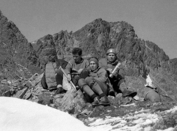 Chrobak, Heinrich i Kurczab w czasie zejścia z Kazalnicy po przejściu Filara (7.7.1962) (fot. Krzysztof Zdzitowiecki)