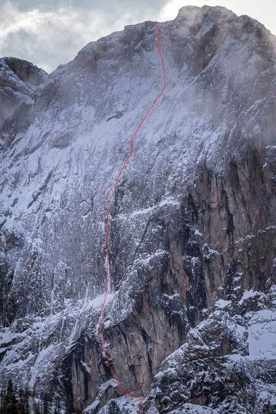 """Ściana Laserz z linią """"Spindrift"""" (VIII- M5 WI6, 600 m) (fot. David Lama)"""