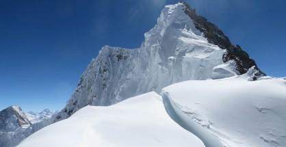 Szczytowa grń Broad Peak widziana z przełęczy (fot. Adam Bielecki)