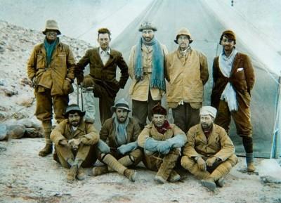 Brytyjska wyprawa na Everest w 1924 r. Stoją od lewej Irvine, Mallory i Norton