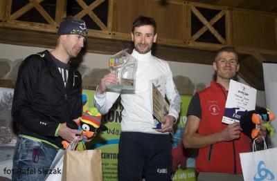 Dekoracja kategorii M-35 – w środku zwycięzca biegu – Piotr Huzior (fot. Rafał Ślęzak)