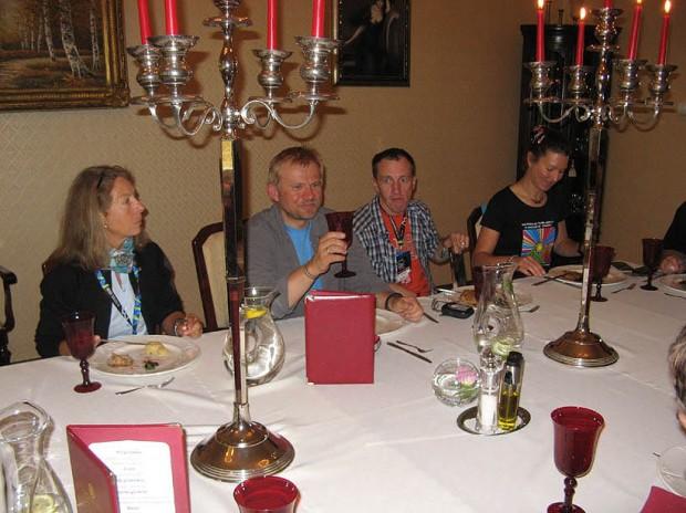 W Lądku Zdroju podczas uroczystego obiadu, od lewej: Bernadette McDonald, Jacek Teler, Denis Urubko (fot. Janusz Kurczab)