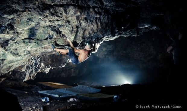 """Piotrek na """"Pnij i Gnij"""" 7C+, Nora (fot. Jacek Matuszek / climb.pl)"""