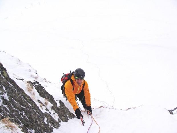 """Denis Urubko na drugim wyciągu drogi """"Cień Wielkiej Góry"""" (fot. Kacper Tekieli)"""