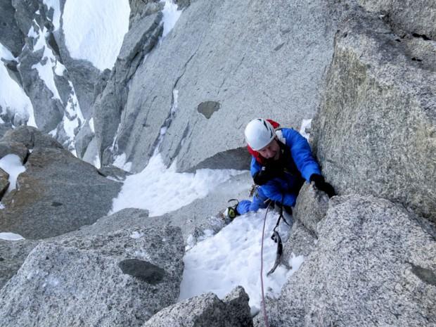 70-letni George Lowe, przew. jury i legenda amerykańskiego alpinizmu, w kuluarze Frendo-Ravanel po północnej stronie grani Grands Montets (fot. Rafał Sławiński)