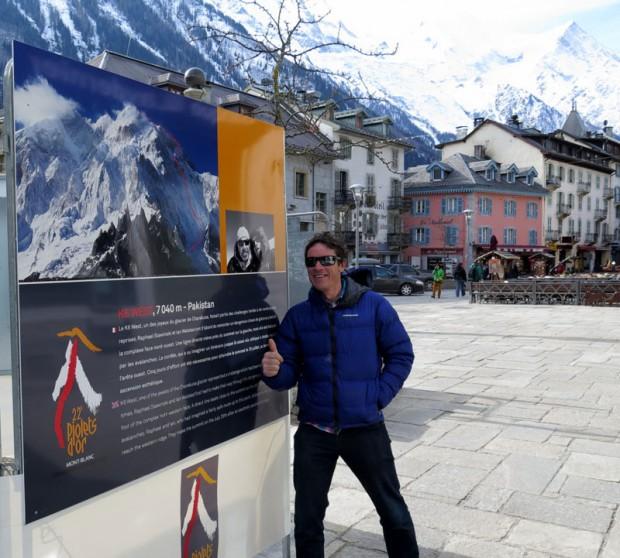 Ian Welsted przed plakatem z K6 West na rynku w Chamonix (fot.Rafał Sławiński)