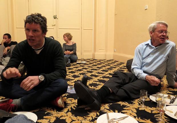 George Lowe i Ian Welsted na wieczornej imprezie w jednym z hoteli w Chamonix. Atmosfera trochę jak w obozie bazowym (fot.Rafał Sławiński)