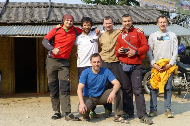 Wyprawa w komplecie w Taplejungu. Od lewej Adam Bielecki, Alex Txikon, Dmitrij Siniew, Artiom Braun, Bojan Petrow i Denis Urubko (fot. urubko.blogspot.com)