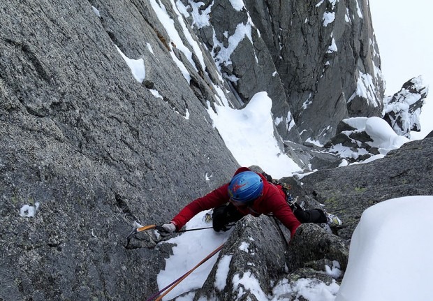 Pierre Darbellay na ostatnim wyciągu, tym razem skalnym, wyprowadzającym na przełączkę (fot. Rafał Sławiński)