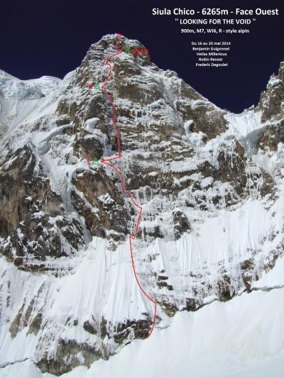 """Przebieg """"Looking for the Void"""" na zachodniej ścianie Siula Chico (900 m, M7 WI6 R), topo J. Corominas"""