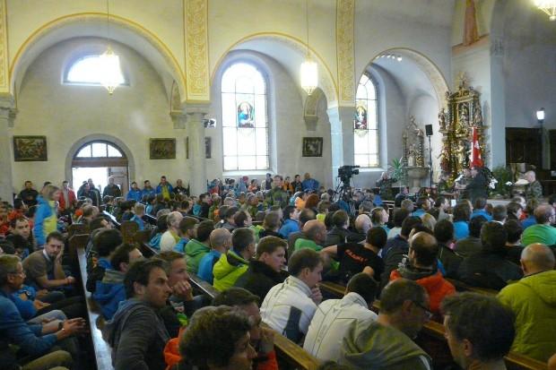 Odprawa w kościele w Zermatt (fot. Marcin Zwoliński/KS Kandahar)