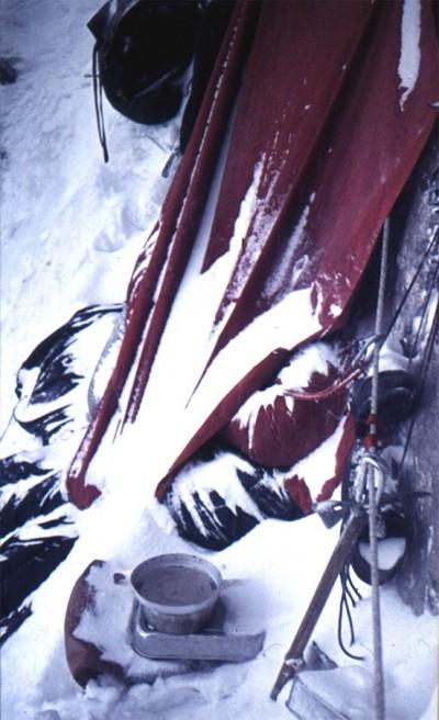 """Biwak na drodze """"Philipp-Flamm"""", zima 1969. Andrzejowi spod płachty widać tylko ramię (fot. Janusz Kurczab)"""