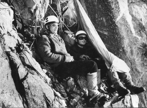 Filar Narożny 1969. Łaukajtys i Chrobak czekają przed wejściem w ścianę aż  kamienie przestaną lecieć (fot. Andrzej Mróz)
