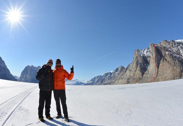 Jonas Haag i Mike Libecki celebrują sukces na Lurking Tower - po prawej z wrysowaną linią drogi (fot. Mike Libecki)