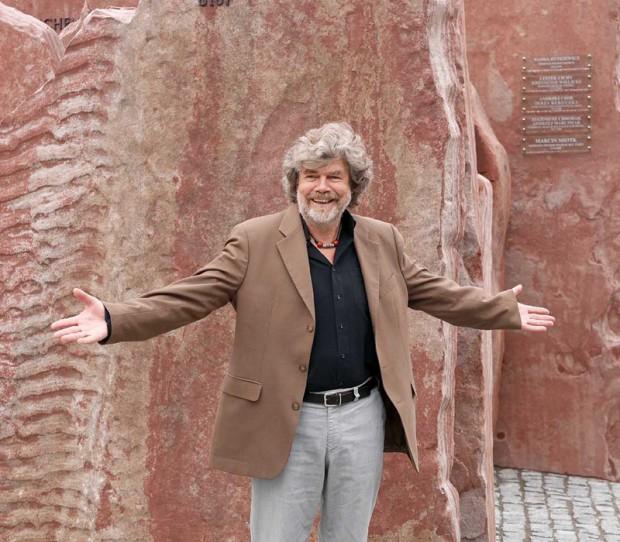 Reinhold Messner przy pomniku (fot. Wojciech Święcicki)