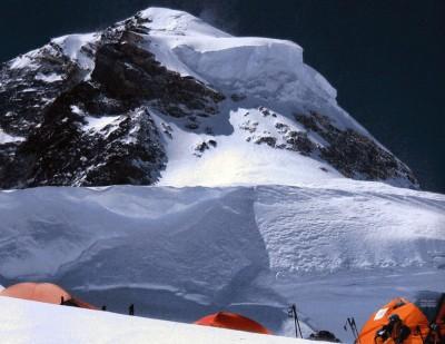 Obóz IV i kopuła szczytowa K2 (fot. montagna.tv)