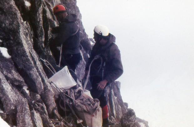 Henryk Furmanik i Andrzej Heinrich na nowej drodze pn. ścianą Pointe Young na Grandes Jorasses w 1968 r. (fot. Krzysztof Zdzitowiecki)
