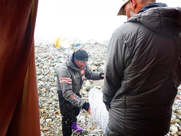 Podczas załamań pogody był czas na porządkowanie  szpeju. Na zdjęciu Marek Chmielarski i Jarek Gawrysiak (fot. Kacper Tekieli)