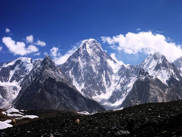 Świetlista ściana Gasherbruma IV. Podczas powrotnego trekkingu ukazała się w pełnej krasie (fot. Kacper Tekieli)