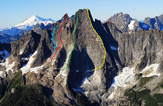 """Slesse Mountain z zaznaczonymi drogami połączonymi przez Leclerca w łańcuchówkę. """"Navigator Wall"""" (czerwona), East Pillar (zielona) i """"Northeast Buttress"""" (żółta). Niebieska linia oznacza drogę zejściową przez Southeast Buttress"""" (fot Marc-Andre Leclerc)"""