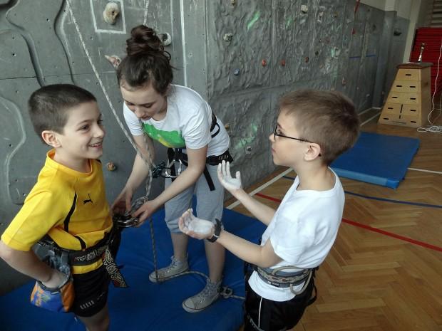 Wspinanie dla dzieci to okazja do budowania zaufania w relacji wspinacz - asekurant, okazja do podniesienia poczucia własnej wartości, oswajanie się z wysokością i element adrenaliny (fot. Grzegorz Tucki)