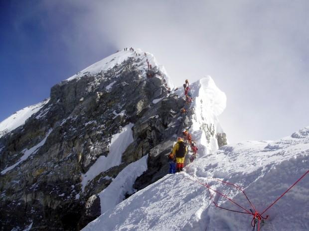 W kolejce na Everest (fot. Richard Pattison)
